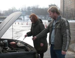 Инструктор объясняет строение двигателя автомобиля